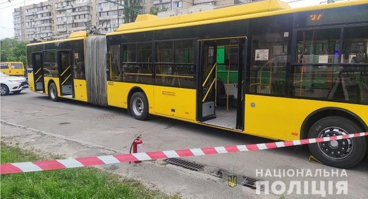 В Киеве мужчина бросил