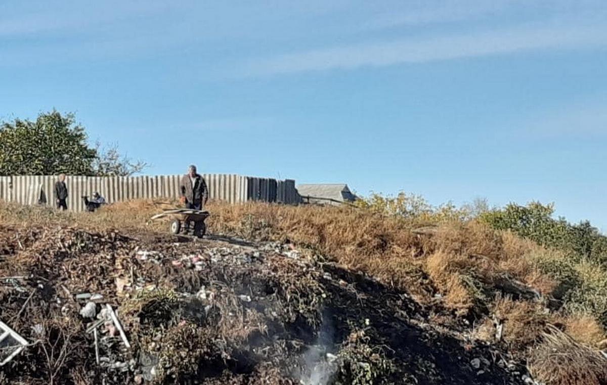 Фото жителей Корабельного, устроивших в районе мусорную свалку