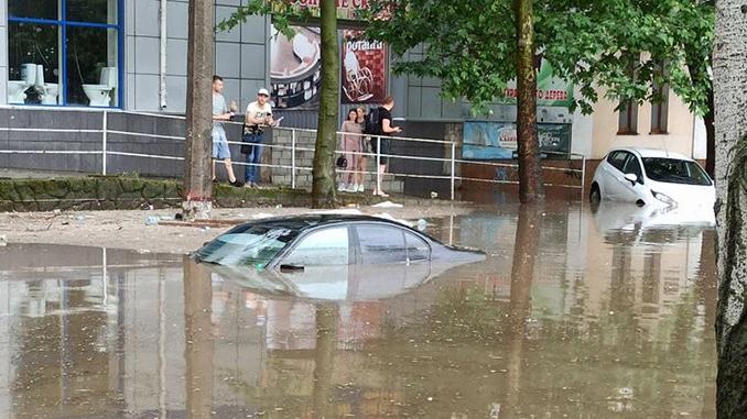 В Николаеве затопило не только улицы, но и подъезды