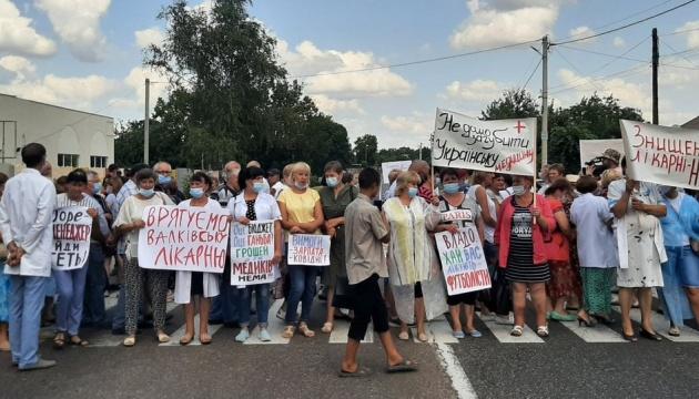 В Харьковской области медики перекрыли международную трассу из-за долгов по зарплате
