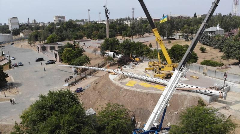 70-метровый флагшток упал при установлении в Херсоне