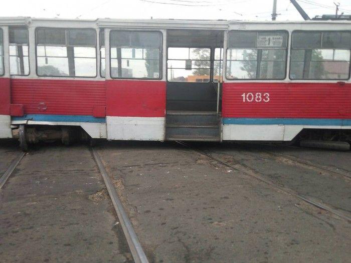 В Николаеве с рельсов сошел трамвай