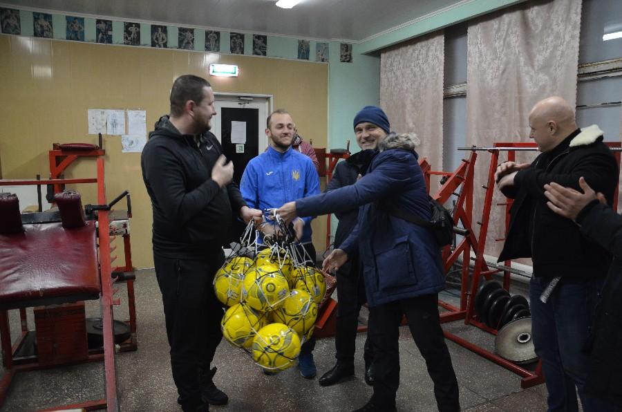 Сборная Николаевской области среди людей с нарушением слуха накануне Чемпионата Украины получила новые мячи от АФНО