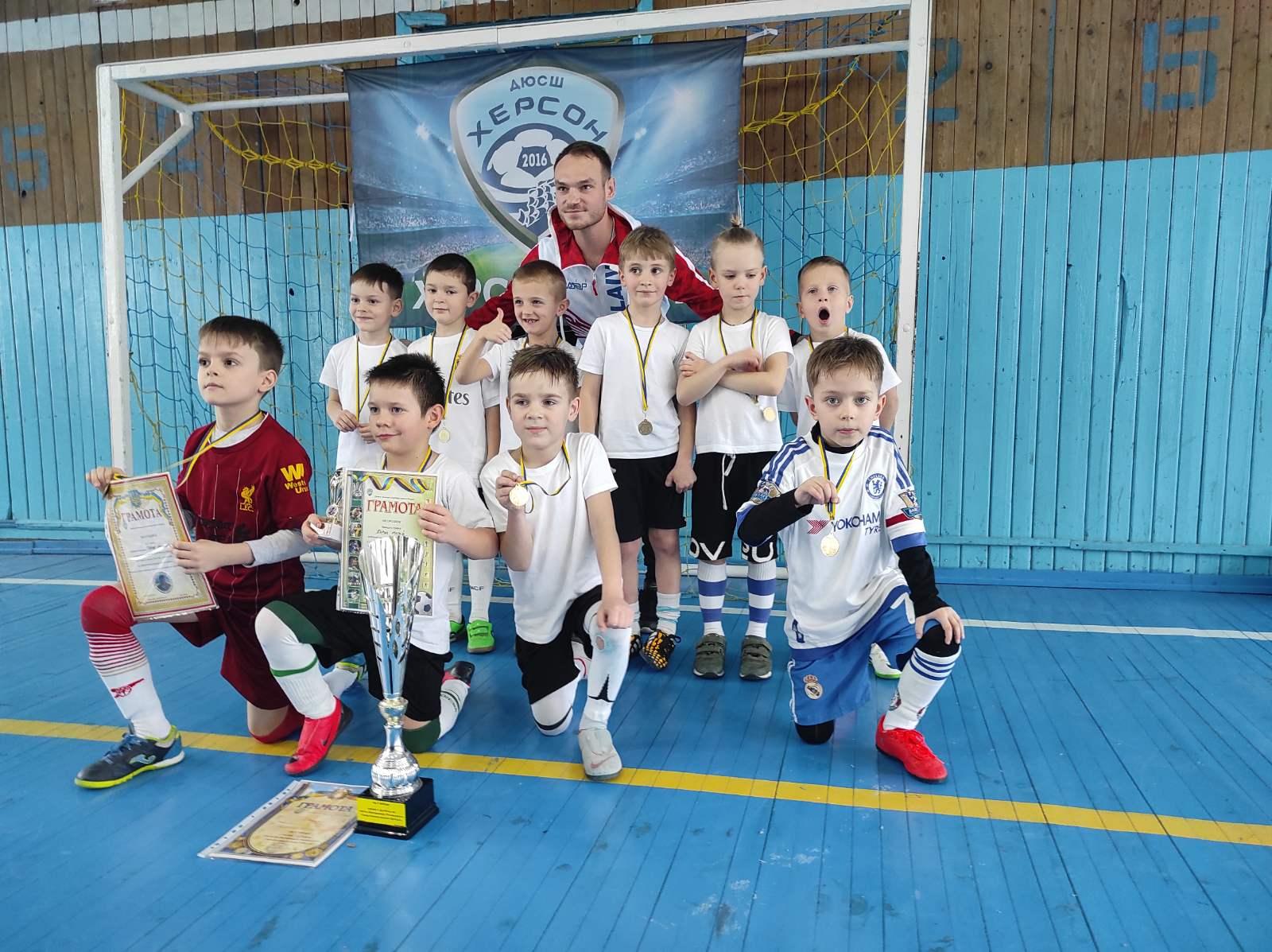 Маленькие николаевские футболисты привезли золотые медали с «Кубка мастера спорта по футболу Владимира Роговского», который проходил в Херсоне